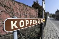 Meerbeke - Belgie - wielrennen - cycling - radsport - cyclisme - 93 ste Ronde van Vlaanderen - sfeer illustratie - verkenning parkoers - kasseien - cobblestones landschap - hellingen - kasseiwegen - panorama - routeborden - Koppenberg - Oudenaarde - kasseien - cobblestones - hoogste punt - foto Cor Vos ©2009